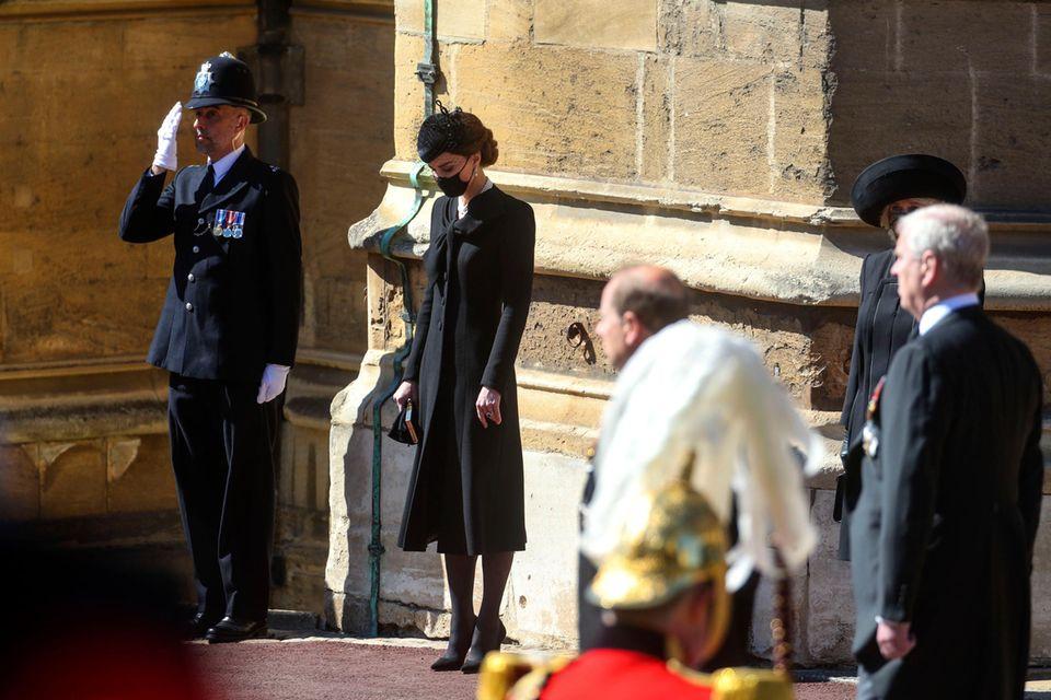 Herzogin Catherine zollt Prinz Philip Respekt.