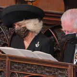 """Auch die silberne Brosche, die Herzogin Camilla an ihrem schwarzen Mantel trägt, hat eine rührende Bedeutung. Bei demSignalhornhandelt es sich um die """"Rifles Brooch"""", passend zu einemArmee-Regiment, dem Prinz Philip fast 70 Jahre verbunden war und dessen Colonel-of-Chief-Titel er letztes Jahr an Herzogin Camilla weitergab."""