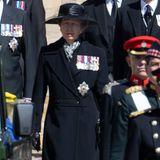 Prinzessin Anne nimmt als einzige Frau an der royalen Prozession teil. Sie läuft neben ihrem älteren Bruder, Prinz Charles, her. Auch sie zeigt sich mit mehreren Militärmedaillen.