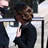 Das Haar hat sie sich kunstvoll hochgesteckt, damit die Ohrringe noch besser zur Geltung kommen.