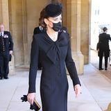In einem schwarzen Mantel mit runden Knöpfen und Schleifendetail beweist Herzogin Catherine wieder einmal Stilgefühl. Sie setzt – wie so oft – auf ein Design von Catherine Walker.