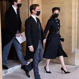 Prinzessin Beatrice kommt in Begleitung ihres Ehemanns Edoardo Mapelli Mozzi. Sie trägt einen schwarzen Mantel mit goldenen Knöpfen von Valentino.