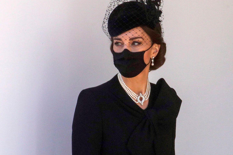 An ihrem Hals funkelt ein Perlenchoker aus der Schmucksammlung von Queen Elizabeth. Lady Diana (†36) trug das auffällige Schmuckstück einst zu einem Staatsbankett.