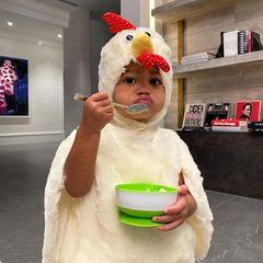 18. April 2021  Kylie Jenner sorgt mit einem neuen Foto von Töchterchen Stormi, die als süßes Küken verkleidet durchs Haus läuft, mal wieder für Entzückung bei ihren Instagram-Fans. Ob die Kleine Cornflakes oder gar eine Hühnersuppe löffelt, bleibt Nebensache. Bei so viel Niedlichkeit können sich jedenfalls auchihre Tanten Khloe Kardashian und Kendall Jennermit herzenden Kommentaren nicht zurückhalten.