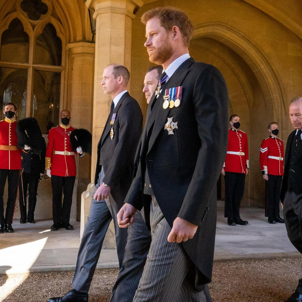 Prinz Harry neben Peter Philips und Prinz William bei der Trauerfeier für Prinz Philip (†99) am 17. April 2021