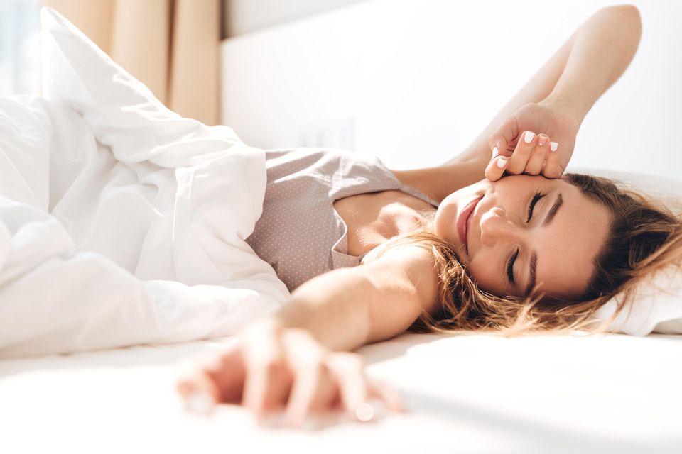 Schnell einschlafen: Blonde Frau schläft friedlich