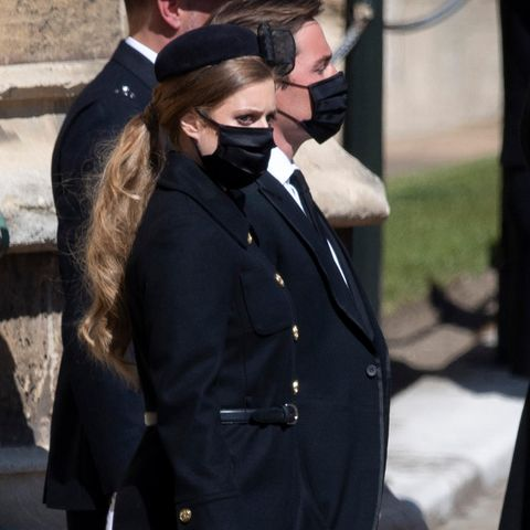 Für dieTrauerfeier ihresverstorbenen Großvaters Prinz Philip (†99) setzt Prinzessin Beatrice auf einelegantes Outfitbestehend aus einem schwarzen Mantel von Red Valentino, Lackpumps sowie einer kleinen Clutch und einem Fascinator. Der eigentliche Hingucker ihres Looks ist aber der tief gebundenePferdeschwanz, der deutlich zeigt,dass die Haare der Queen-Enkelin in den vergangenen Monaten etliche Zentimeter Länge dazugewonnen haben. Ihre rotblondeMähne reicht Beatrice nun bis zur Taille.