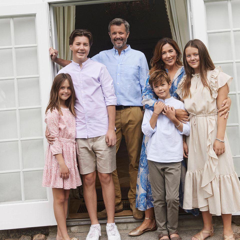 Prinzessin Josephine, Prinz Christian, Prinz Frederik, Prinzessin Mary mit Prinz Vincent im Arm und Prinzessin Isabella (v.l.n.r.)