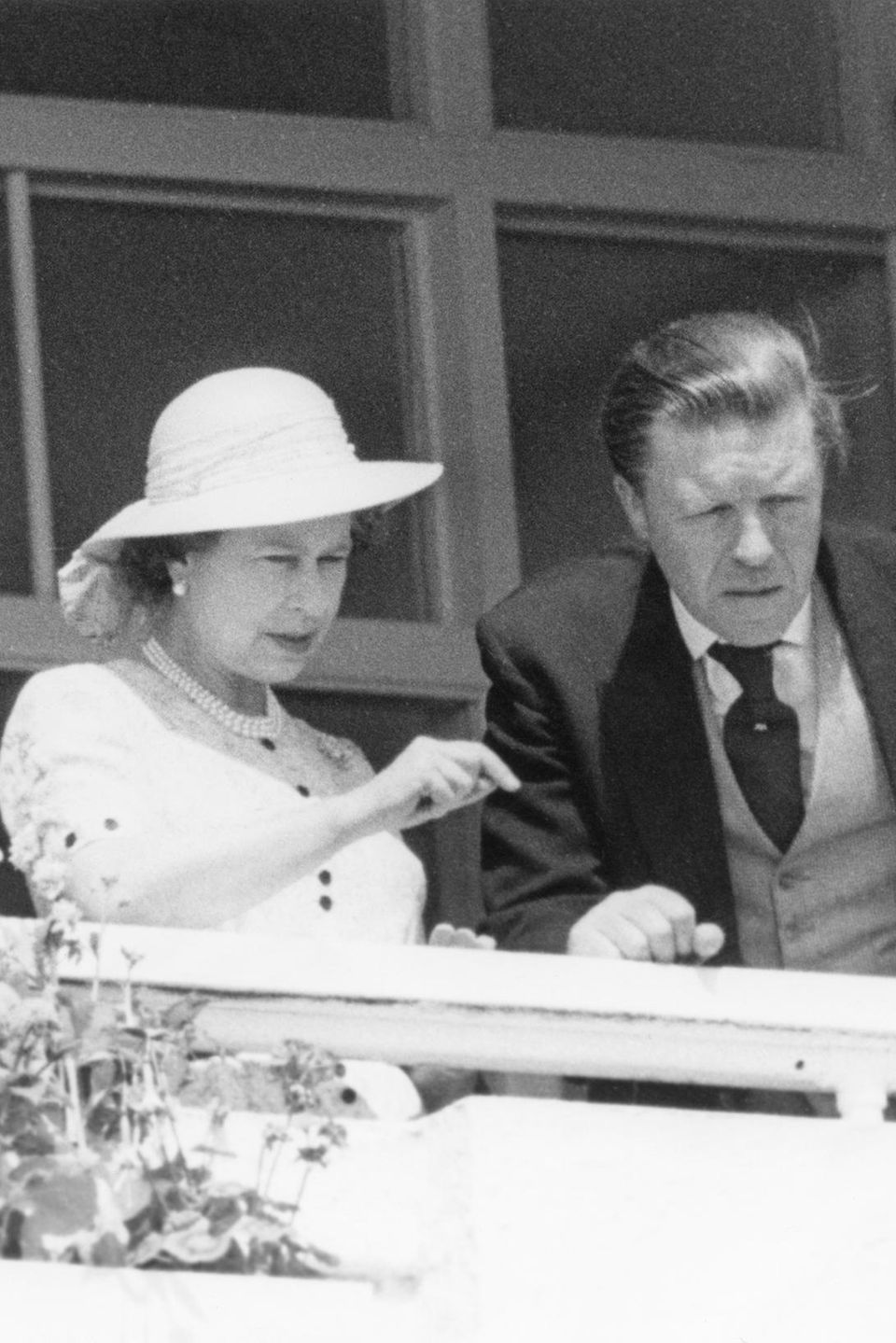 Sir Michael Oswald begleitete Queen Elizabeth oft zu Pferderennen – wie hier bei einem Derby im Juni 1980.