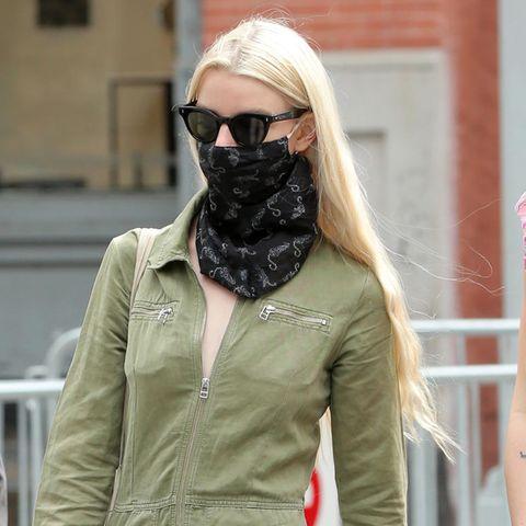 Anya Taylor-Joy geht es bequem an und greift während eines Spaziergangs in New York zu einem absoluten Trendteil. Den grünen Boilersuit kombiniert die Schauspielerin zu dezenten Accessoires wie einem schwarzen Halstuch und einer beigefarbenen Clutch.