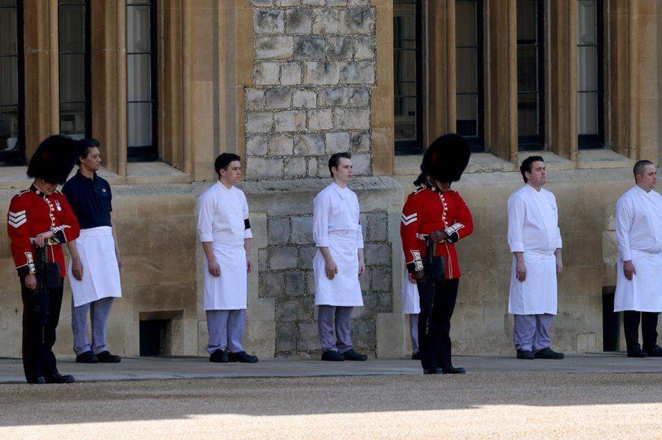 Mitarbeiter von Schloss Windsor stehen Spalier für Prinz Philip.