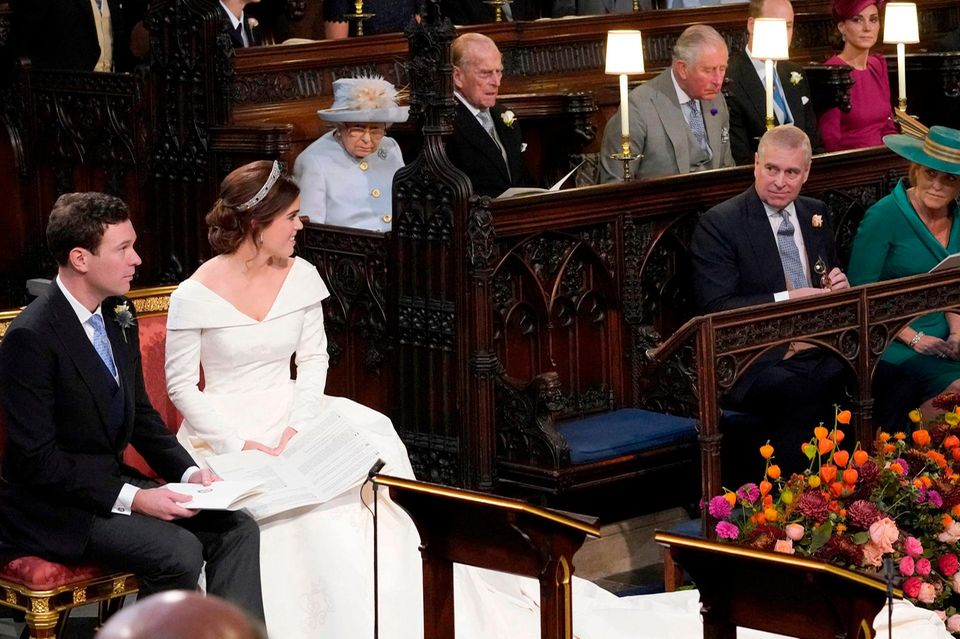 Die Queen und Prinz Philip Seite an Seite währen der Trauung von Prinzessin Eugenie.