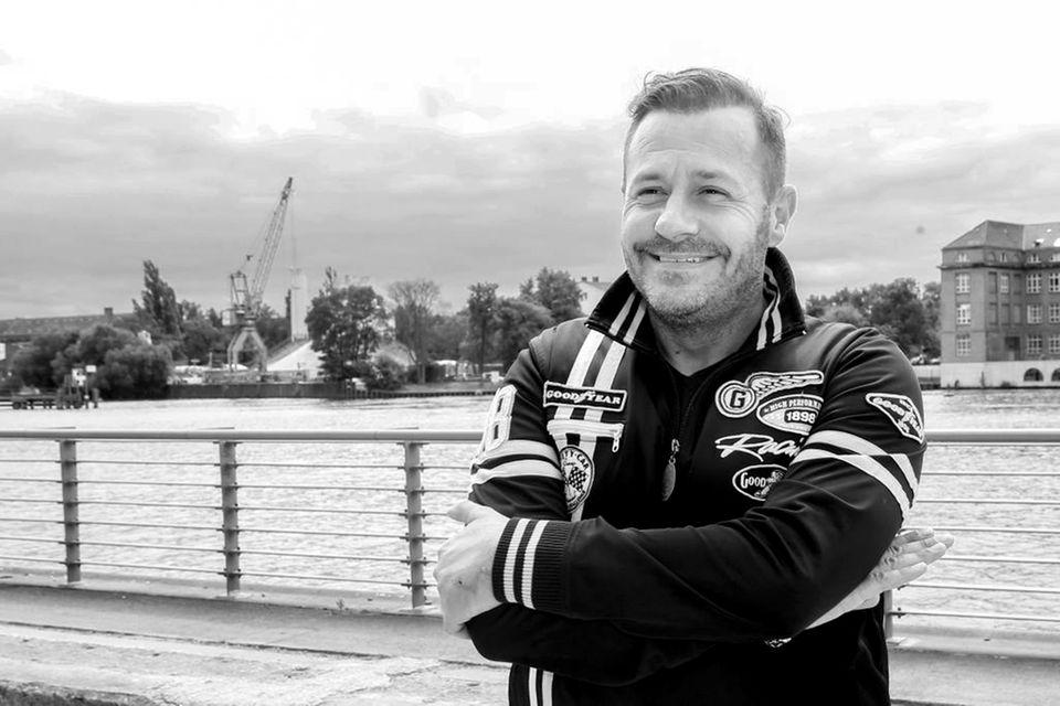 """20. April 2021: Willi Herren (45 Jahre)  Bekannt wurde Willi Herren durch seine Rolle als """"Olli Klatt"""" in der ARD-Serie """"Lindenstraße"""". Nach seinem Ausstieg 2007 führte er seine Karriere als Entertainer und Schlagersänger fort. Erst kürzlicheröffnete er gut gelaunt seinenImbiss""""Willi Herren's Rievkooche Bud"""". Nun ist der TV-Star ist in seiner Wohnung in seiner Heimatstadt Köln gestorben. Genauere Umstände zu seinem Tod sind noch nicht bekannt gegeben worden.Erhinterlässt zweiKinder und Ehefrau Jasmin."""