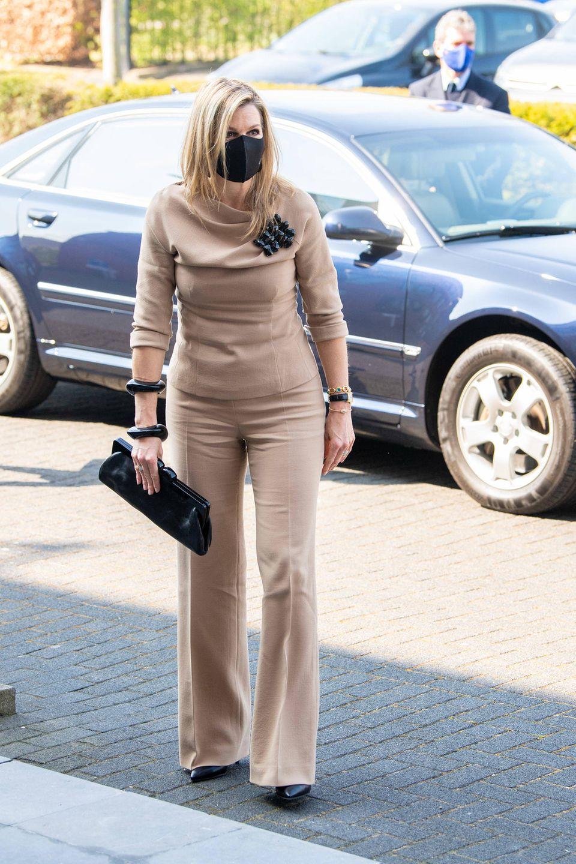 Königin Máxima bleibt ihrem Stil treu und greift für einen Besuchder Reinigungsfirma CSU in Uden zu einem Look in all beige. Die hautenge Hose sowie das schmal geschnittene Top setzen die Figur der niederländischen Königin perfekt in Szene.