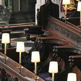 17. April 2021  Auch an ihrem traurigsten Tag beweist Queen Elizabeth große Stärke. Aufgrund der Coronamaßnahmen findet die Beisetzung ihresgeliebten EhemannesPrinz Philip unter besonderen Bedingungen und im kleinsten Kreise statt. Aber auch wenn die Königinwährend der Zeremonie in der St George's Chapel alleine sitzen muss, ist in diesem schweren Moment die ganze Welt im Herzen bei ihr.