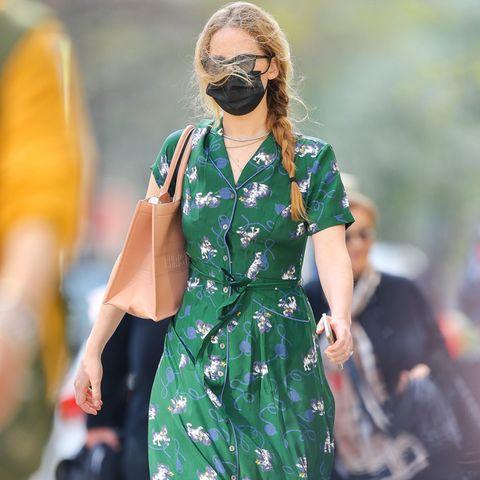 Jennifer Lawrence hat man schon lange nicht mehr zu Gesicht bekommen. Das schöne Frühlingswetter lockt sie Schauspielerin wieder in die Stadt zum shoppen – und eine Sache fällt sofort auf: Jennifers Haare sind deutlich länger geworden. Zum locker geflochtenen Zopf kombiniertsie einSommerkleid mit Katzenprint und eine Tasche von Dior.