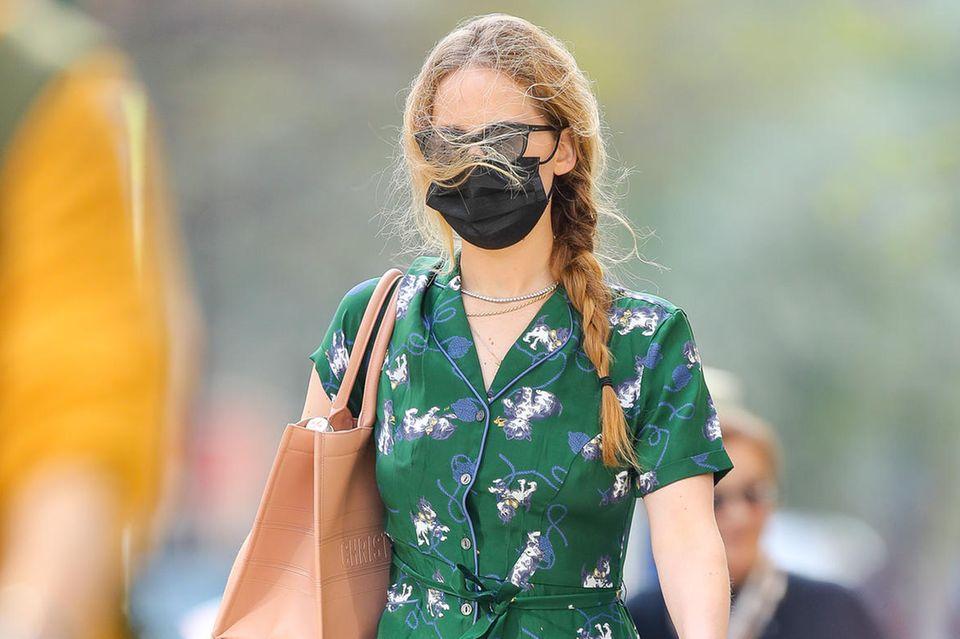 Jennifer Lawrence hat man schon lange nicht mehr zu Gesicht bekommen. Das schöne Frühlingswetter lockt die Schauspielerin wieder in die Stadt zum Shoppen – und eine Sache fällt sofort auf: Jennifers Haare sind deutlich länger geworden. Zum locker geflochtenen Zopf kombiniertsie einSommerkleid mit Katzenprint und eine Tasche von Dior.