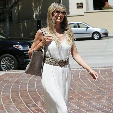 So schlicht und elegant sieht man Heidi Klum in letzter Zeit selten. Immer öfter zeigt sich das Topmodel in auffälligen und knalligen Looks. Doch bei diesem Look schaltet Heidi einen Gang zurück und sieht dabei nicht weniger stylish aus. Vor allem die Snake-Accessoires, wie zum Beispiel die Jimmy Choo-Sandaletten sind echte Hingucker.