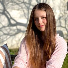 Prinzessin Isabella feiert ihren 14. Geburtstag und das dänische Königshaus veröffentlicht neue Porträts der ältesten Tochter des Kronprinzenpaars. In einer rosa-weiß-gestreiften Bluse sitzt der Teenager in der Sonne im Garten von Schloss Fredensborg.