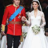 Herzogin Catherine setzt an ihrem Hochzeitstag auf einen besonderen Look: Sie trägt grauen und silbernen Lidschatten und Kajal, der ihre Augen optisch umrahmt. Das frischeRouge sorgt dabei für ein Strahlen in ihrem Gesicht.