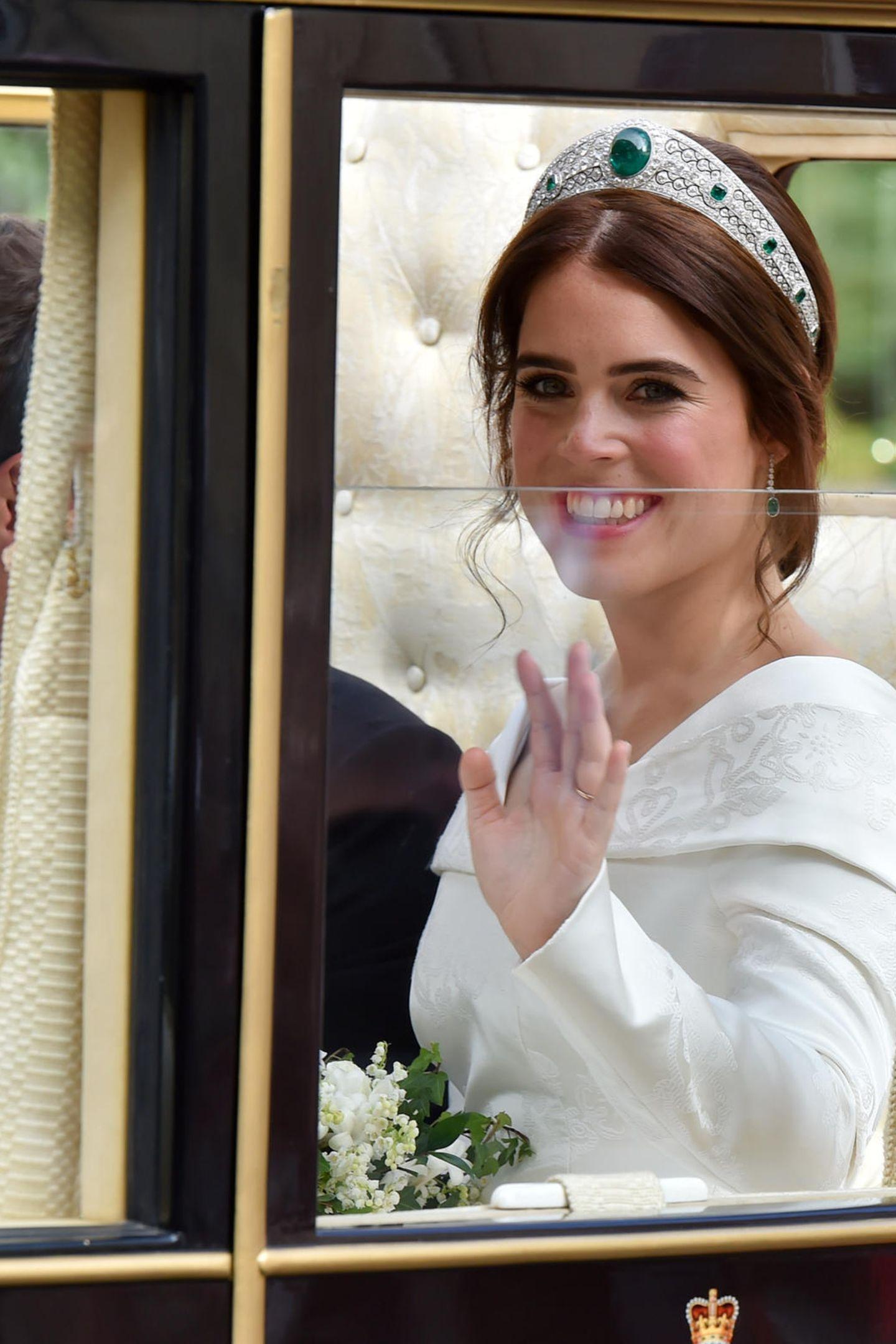 Auch Prinzessin Eugenie sieht genauso bezaubernd aus wie die anderen Royals. Auf den Augen trägt sie lediglich etwas schimmernden Lidschatten in Silber, der ihre grünen Augen perfekt zur Geltung bringt. Ihr Teint ist frisch und rosig.