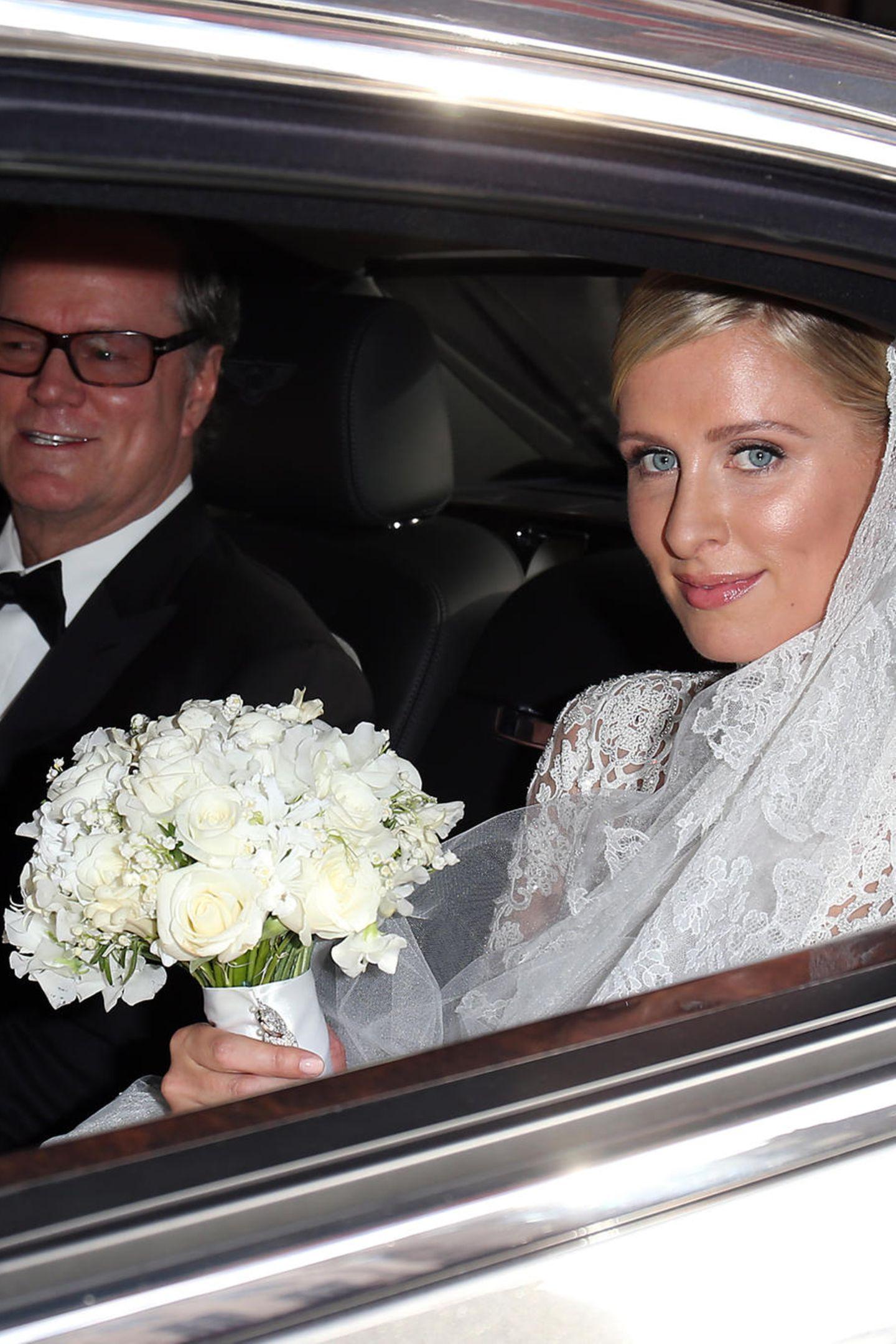 Wenn an Nicky Hilton eines auffällt, dann ist es der frische Glow. Ihre Haut strahlt an ihrem Hochzeitstag. Es scheint, als hätte ihr Make-up-Artist hier in erster Linie zu Cremeprodukten gegriffen.