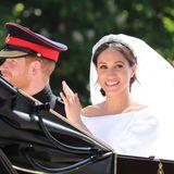 Ein dezentes, braunes Augen-Make-up und ein zartes Rouge sind die perfekte Mischung für einen Brautlook. Genau diesen trägt auch Meghan Markle an ihrer Hochzeit mit Prinz Harry. Besonders schön: Ihre Sommersprossen kommen dank der leichten Grundierung noch immer zum Vorschein.