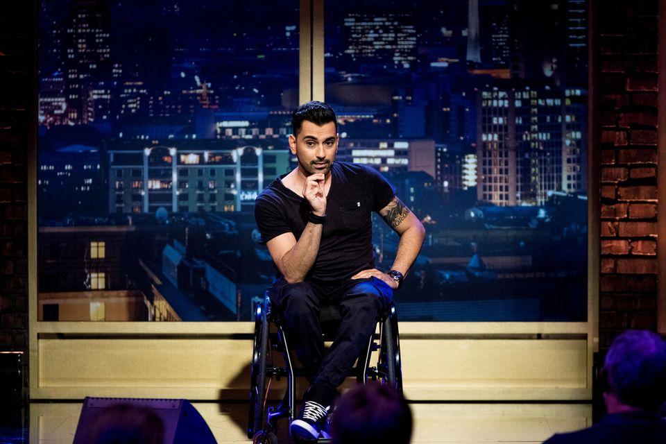 """Tan Caglar stürmt mit seinem Aktivrollstuhl """"Hurricane"""" ab dem 06. Mai 2021 die Bühne des """"Quatsch Comedy Clubs"""". Die vierte Staffel wird auf dem neuen Sender Sky Comedy ausgestrahlt."""