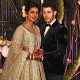 Traditionell und besonders: Priyanka Chopra trägt an ihrer Hochzeit mit Nick Jonas ein eher starkes Make-up. Der bräunlicheLippenstift und Bronzer ergänzen sich hervorragend, der Eyeliner auf den Augen macht das Ganze etwas dramatischer.