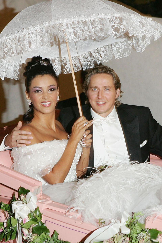 Verona Pooth sieht bei ihrer Hochzeit mit Unternehmer Franjo Pooth aus wie eine Märchenprinzessin und legt den Fokus bei ihrem Wedding-Make-up ganz klar auf ihreAugen. Sie entscheidet sich für einen glitzernden Lidschatten in Violett und mit einem schwarzen Kajal umrandete Augen.Außerdem wählte sie einen apricotfarbenen Lipgloss, um ihre Lippen dezent zu betonen.