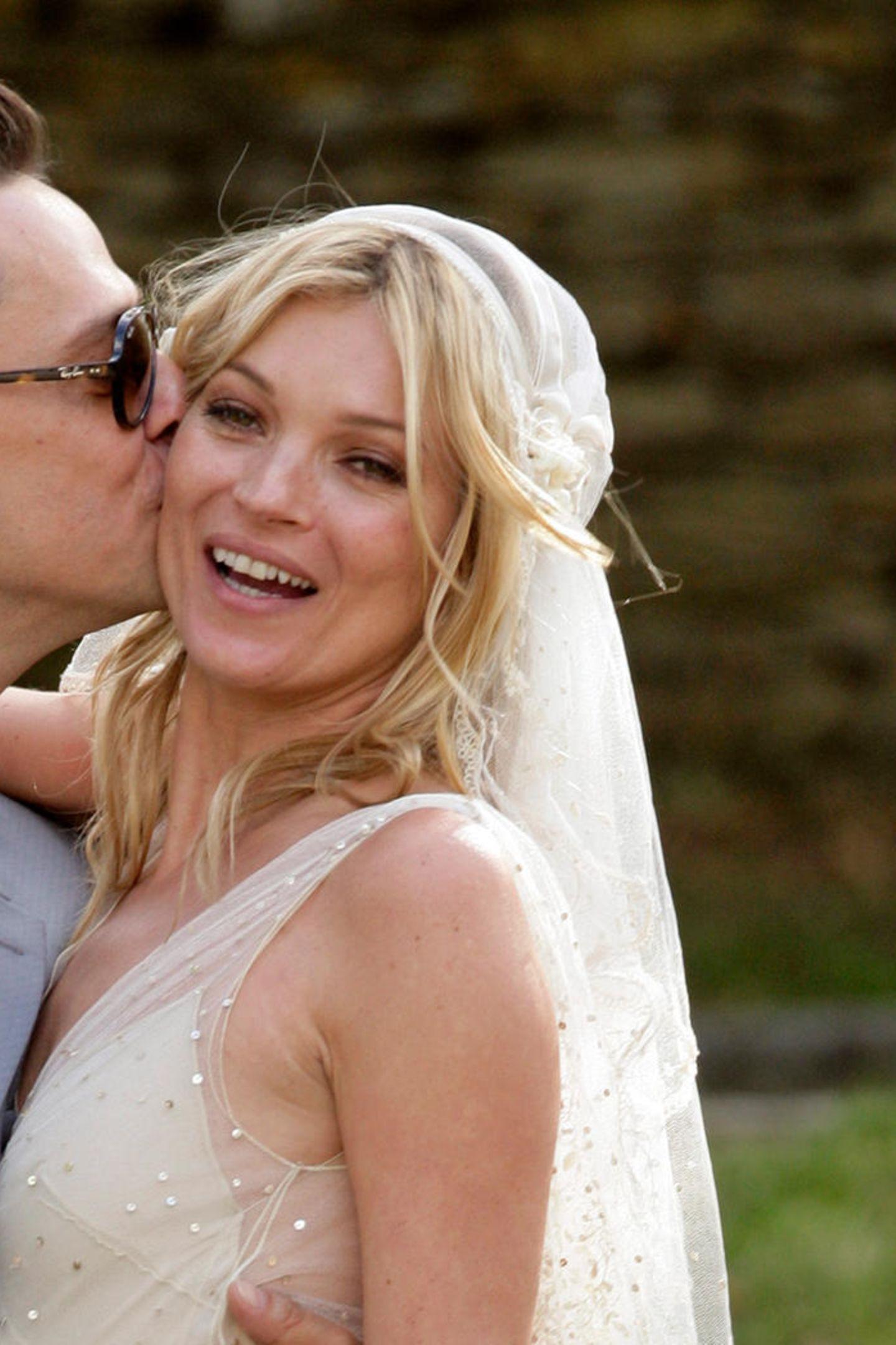 Supermodel Kate Moss verzichtet bei ihrer Hochzeit auf pompöses Make-up und setzt auf Leichtigkeit: Die Augen werden mit etwas braunem Lidschatten betont und ein Lippenstift in einem neutralen Ton rundet den Look ab.