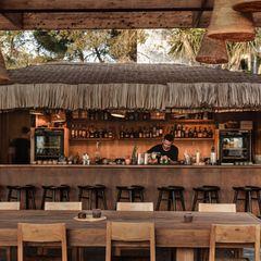 Entspannung, Sonne undDrinks zum Niederknien: In derOku Bar im gleichnamigen Hotel auf Ibiza bleiben keine Wünsche offen.