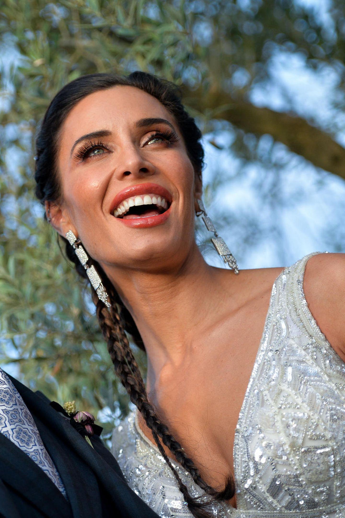 Bei ihrer Hochzeit mit FußballerSergio Ramos wählt die spanische Journalistin Pilar Rubio einen frischen Look in Pfirsichtönen. Rouge und Lippenstift in einem eher kräftigen Peachton harmonieren wunderbar mit den Schimmertönen in Creme-, Braun- und Orangetönen. Ihre geflochtenen Zöpfe sind definitiv mal etwas anderes als die klassischen Brautfrisuren.