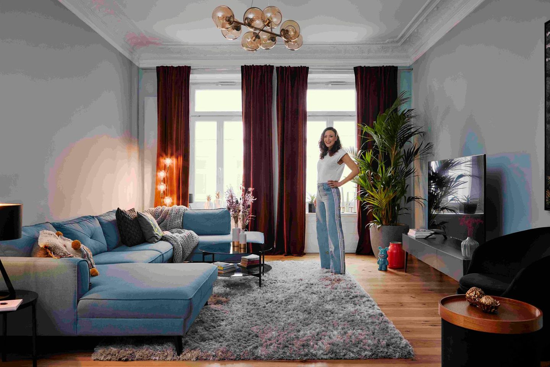 """Gemütlichkeit und skandinavische Lässigkeit bestimmen das Interieur im Wohnzimmer von Jasmin Wagner alias """"Blümchen"""". Highlight ist neben der stylischen Kugellampe ganz eindeutig die hellblaue Couch, auf der viele Freunde Platz nehmen können."""