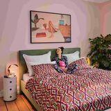 Im Bett mit Blümchen: Exklusiv für die am 22. April erscheinende Ausgabe von GUIDOS DEKO QUEEN öffnet Jasmin Wagner die Türen zu ihrem wunderschönen Apartment. Ganz offensichtlich regierenim Schlafzimmer sanfte Farben, Statement-Kunst und knallige Muster.