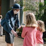 """21. April 2021  Nach monatelanger Isolation geht für Königin Margrethe endlich wieder der Arbeitsalltag mit einem """"echten"""" Auftrittlos. In derGlyptothek in Kopenhagen eröffnet siedie neue Auguste-Rodin-Ausstellung.Dabei bekommt Margrethe nicht nur einen exklusiven Rundgang durch die Ausstellung,sondern auch ein Blumensträußchen von den beidenTöchtern der Kuratorin überreicht. Für die Monarchin, die selbst ein großer Fan der französischenKunst ist, ist dieser Termin damit ein gelungener""""Wiedereinstieg"""" in ihre Repräsentationsaufgaben."""