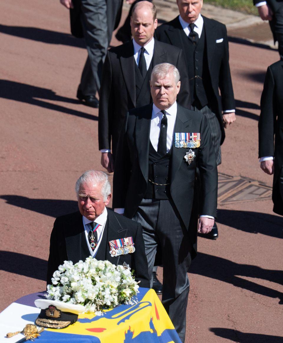 Prinz Andrew nimmt mit anderen Mitgliedern der Königsfamilie am 17. April 2021 an der Prozession teil, die dem Sarg Prinz Philips folgt.
