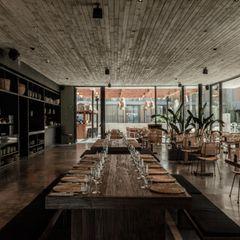 Laidback LuxuryJapanisch-asiatisch-südamerikanischeFusion-Gerichte, geschmackvolles Interieur und südländische Geselligkeit vereinen sich in diesem Dinnerrestaurant zu einem unvergesslichen Erlebnis. Oku Restaurant, Ibiza