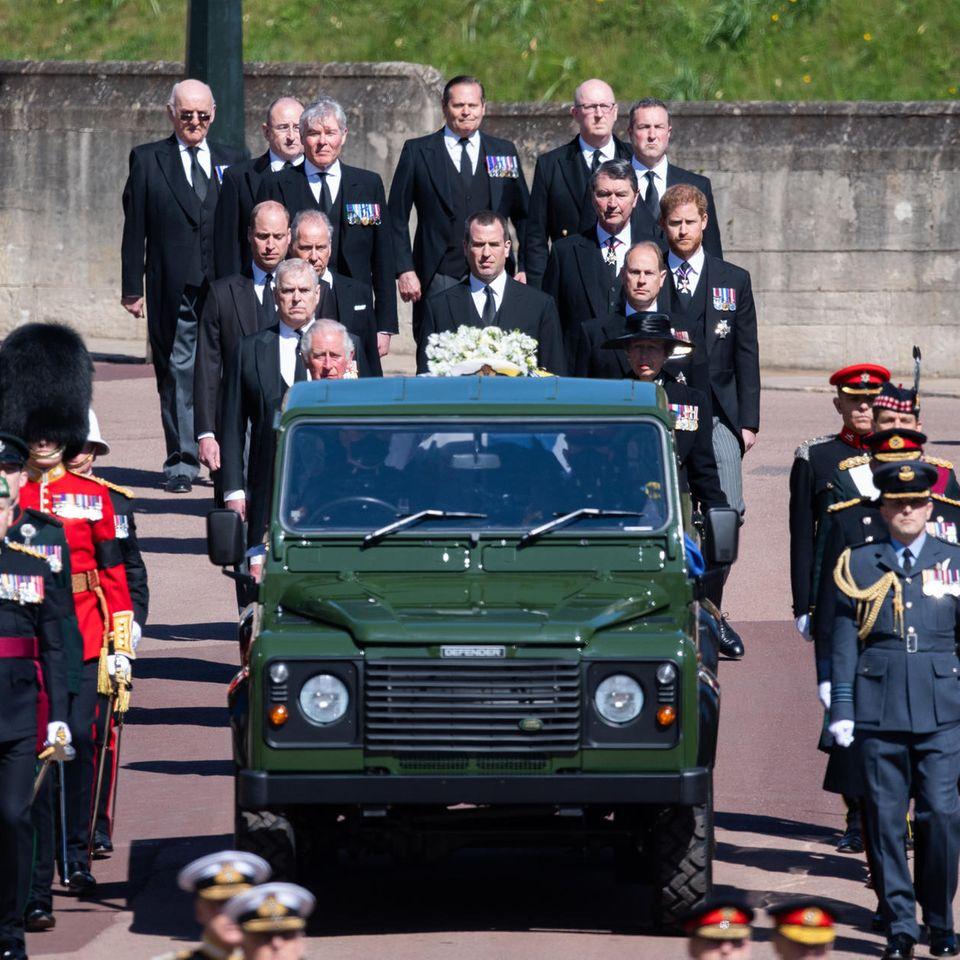 Mitglieder der britischen Königsfamilie folgen dem Sarg von Prinz Philip. Auch Prinz Andrew (links hinter dem Wagen und Prinz Charles, in zweiter Reihe) läuft mit.