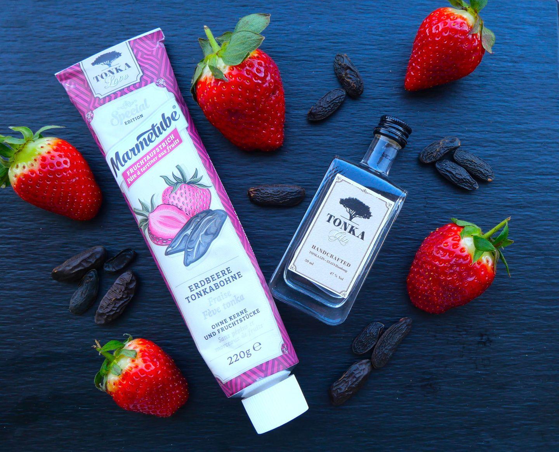 """Süß-würziger Start in den Tag Dieser Fruchtaufstrich lässt die Geschmacksnerven kribbeln. Die fruchtig-süßen Erdbeeren harmonieren wunderbar mit der milden Würze der Tonkabohne. Die Tube besteht aus 100% recyceltem Aluminium – dadurch ist die Marmelade deutlich länger haltbar. Marmetube """"Erdbeere Tonkabohne"""" 220 g, ca. 3 Euro"""