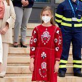 Schwester Sofia trägt ein besticktes rotes Kleid von Sfera, dazu spitze, schwarze Flats. So harmonieren doch alle perfekt – auch wenn Letizia ihren Töchtern hier den Style-Vortritt lässt.