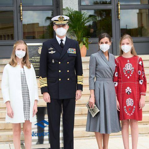 Bei der feierlichen Schiffstaufe eines U-Boots in Cartagena zeigt sich die spanische Königsfamilie von ihrer besten Seite. Papa König Felipe kommt natürlich in Marine-Uniform.