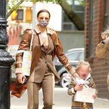 Ganz schön windig ist es in New York, als Irina Shayk mit Töchterchen Lea auf Shoppingtour ist. Der Kleinen gefällt das gar nicht, dafür gefällt uns umso mehr der Look der beiden, Irina im lässigen Anzug, Lea im Goldkleidchen und Burberry-Jacke,in hellen Brauntönen perfekt aufeinander abgestimmt.