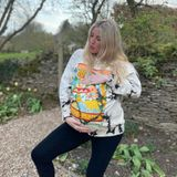 """Ellie Goulding erwartet mit Ehemann Caspar Jopling ihr erstes Kind. Zum """"World Earth Day"""" setzt sie ihre groß gewordene Babykugel im Garten in Szene. In den ersten Monaten der Schwangerschaft hatte die Sängerin diese geheim gehalten – jetzt dürfen ihr Glück alle teilen!"""