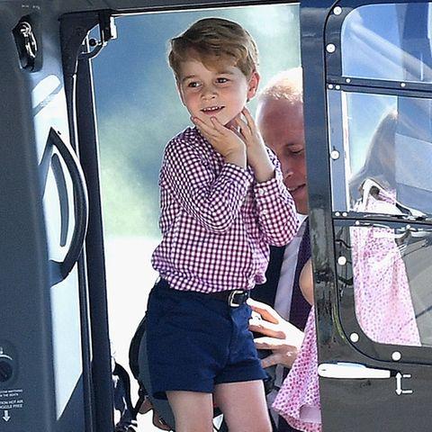 Prinz George, im Hintergrund sein Vater Prinz William