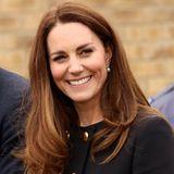Die zarten Ohrstecker mit je einer Perle und einem Diamanten stammen aus der persönlichen Schmucksammlung der Königin. Sie selbst hat sie 1977 bei ihrem silbernen Thronjubiläum erstmalig getragen. Kate wiederum durfte sich die Ohrstecker in den vergangene Jahren immer wieder ausborgen.