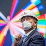 22. April 2021  Sicher behütet und natürlich mit Mundschutz besuchtKönig Willem-Alexander die Ahoy Arena in Rotterdam, Niederlande. Am 22. Mai 2021 findet hier der Eurovision Song Contest statt und der Hintergrund lässt erahnen, dass es trotz der Pandemie-Vorkehrungen eine bunte Show wird.
