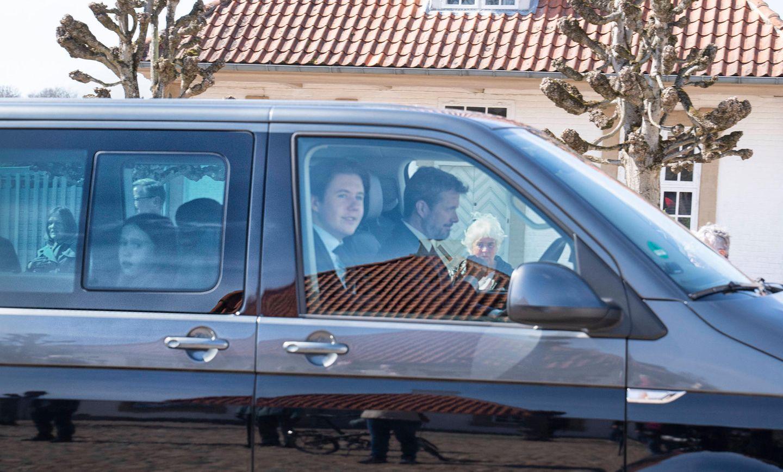 Und während die Königin sich noch für die lieben Glückwünsche bedankt, sind Sohn und die Enkelkinder auf dem Weg ins Schloss. Praktisch so ein Bus, in dem die ganze Großfamilie Platz hat.