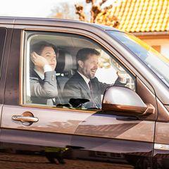 16. April 2021  Dieses Bild wäre beinahe untergegangen: Ein bestens gelaunterPrinz Frederik sitzt am Steuer des Familienbusses, neben ihm Prinz Christian. Und wo geht's hier hin? Zur Geburtstagsfeier von Königin Margrethe natürlich!