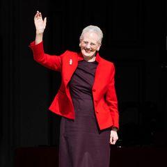 Die dänische Königin winkt von der Schlosstreppe auf Fredensborg ihrenvielen Gratulanten, die der Monarchin zum Geburtstag gratulieren wollen, mit gehörigem Abstand versteht sich.